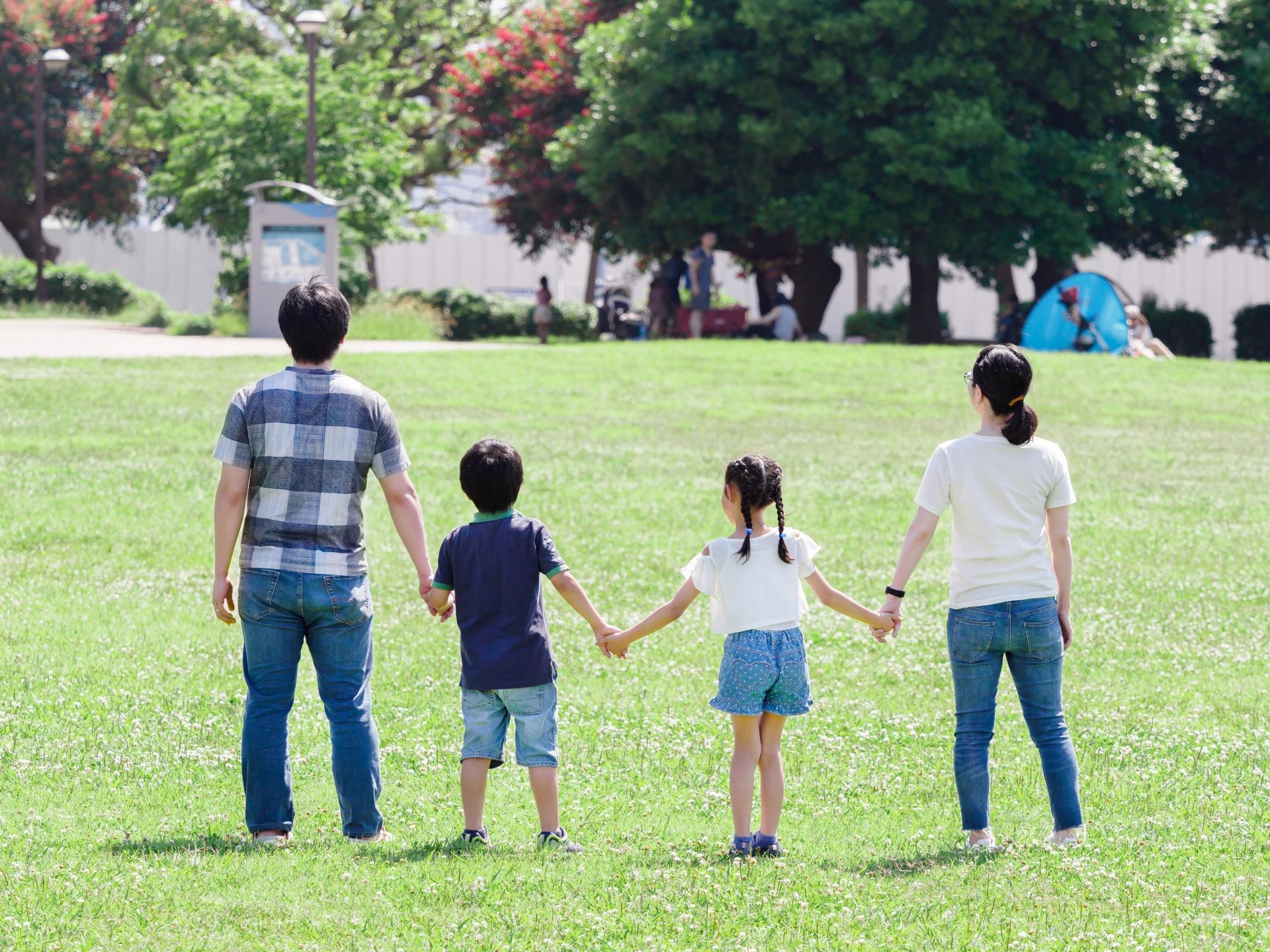 家族仲良く公園で