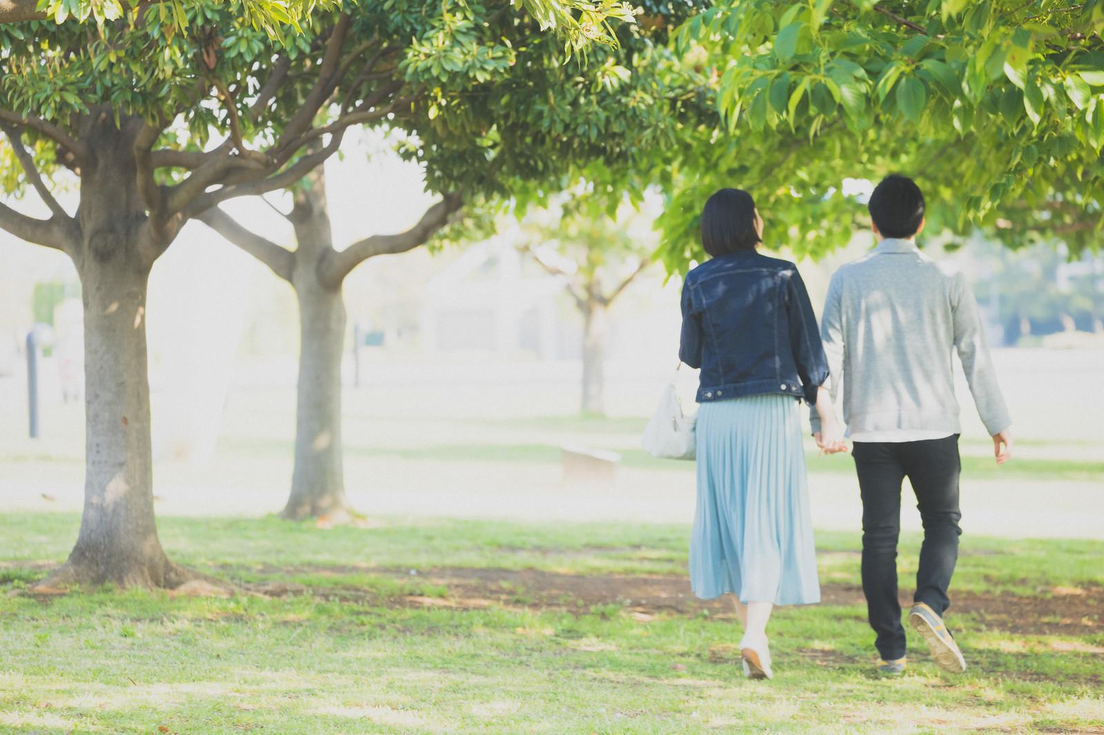 公園を歩く男女