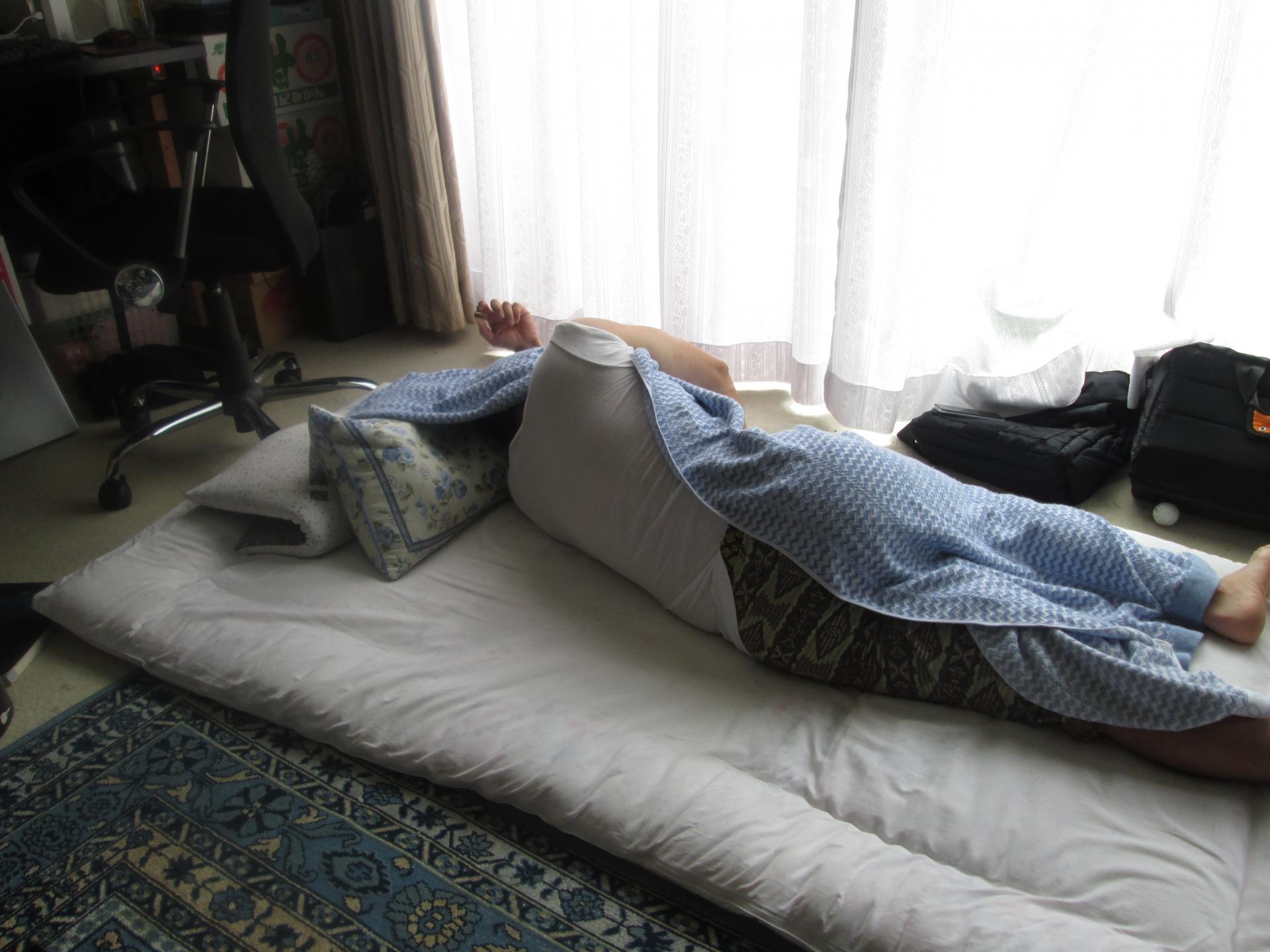 横向き寝の男性
