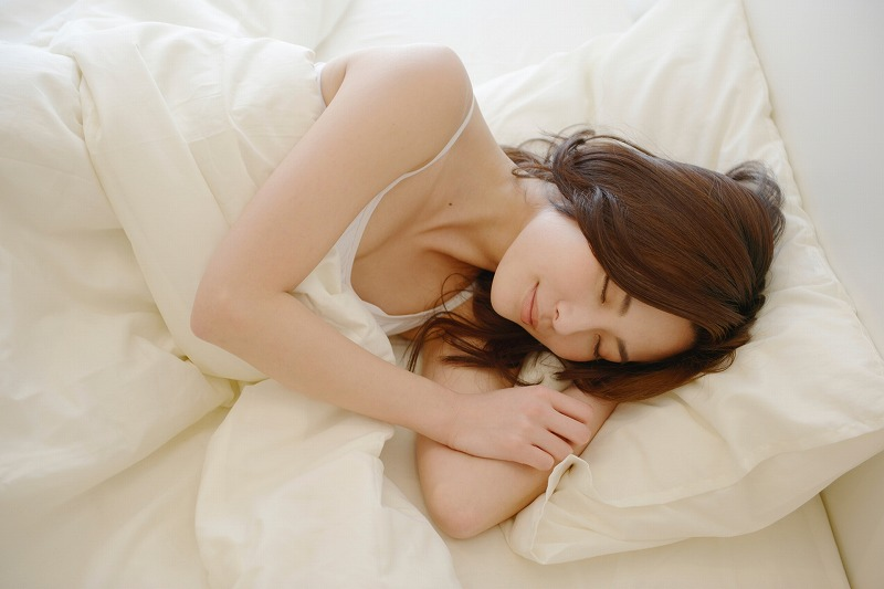横向き寝の女性