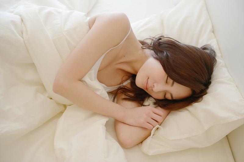 横向き寝の女性2